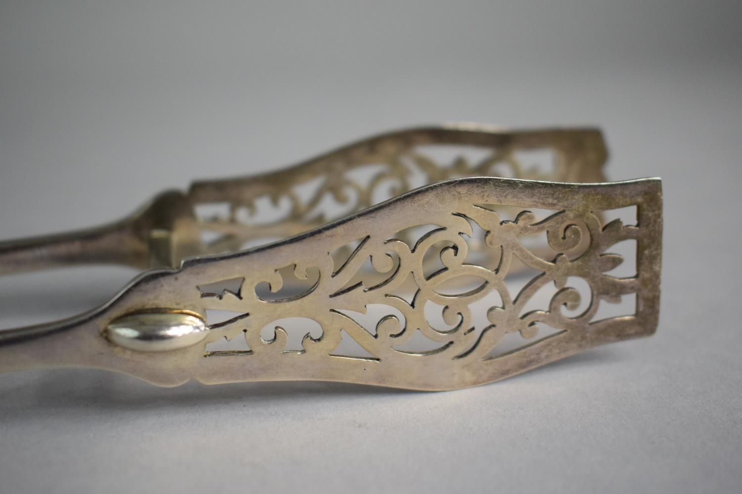 Lot 217 - A Pair of Silver Asparagus Tongs with Pierced Blades, Sheffield 1926