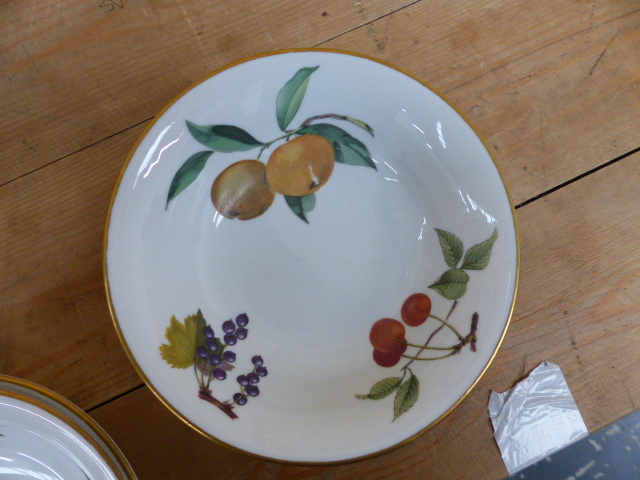 Lot 1 - A LARGE QTY OF WORCESTER EVESHAM PATTERN DINNERWARES,ETC.