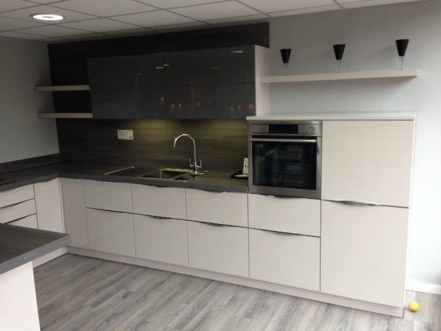 Nolte lux kitchen in high gloss sahara with high gloss for High gloss kitchen wall units