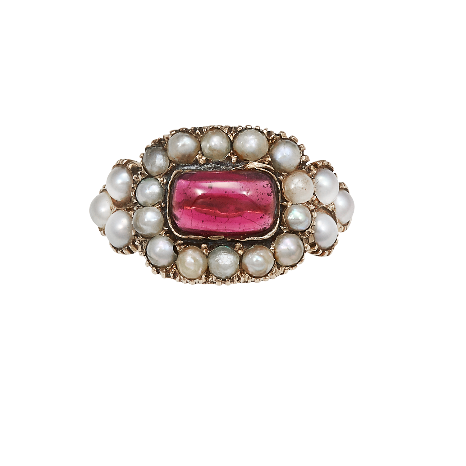 Los 17 - AN ANTIQUE GARNET AND SEED PEARL RING, EARLY 19TH CENTURY in high carat yellow gold, the rounded