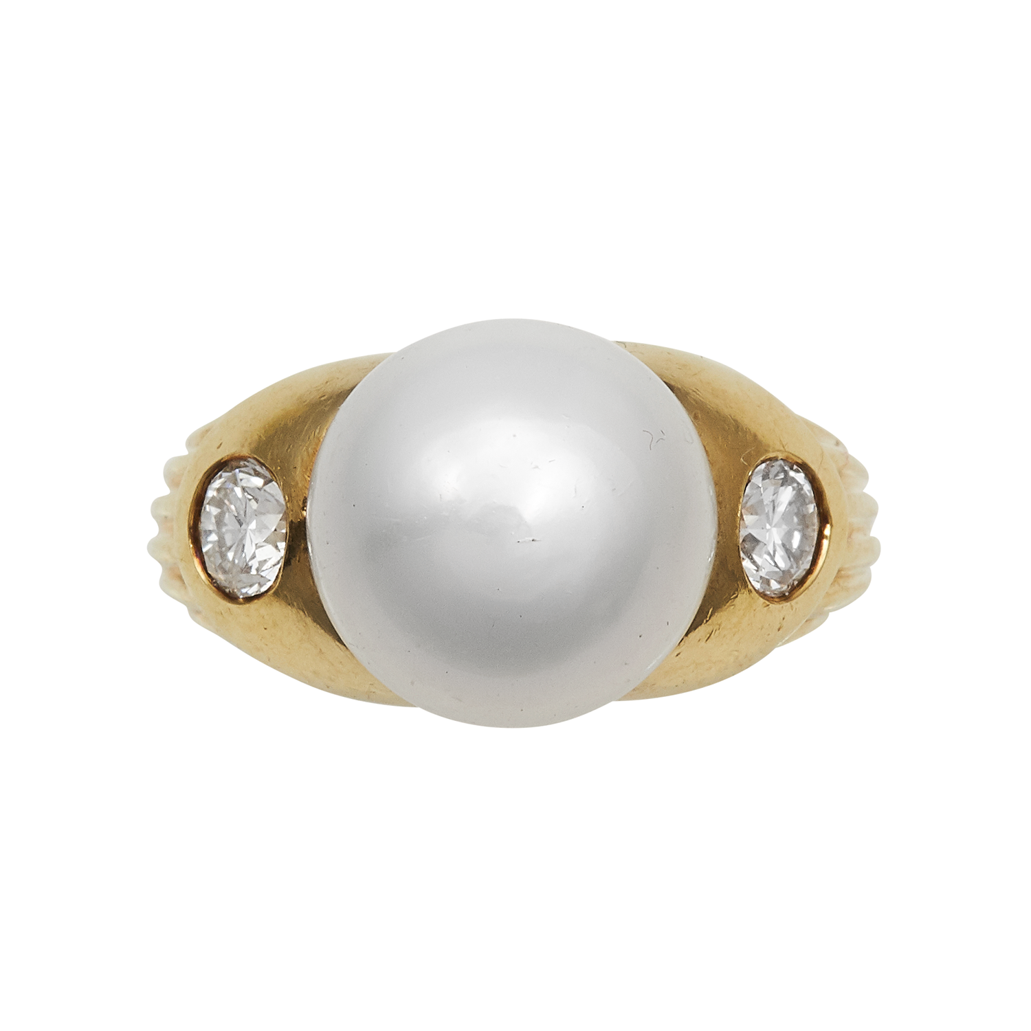 Los 26 - A PEARL AND DIAMOND THREE STONE RING in high carat yellow gold, set with a central pearl of 11.