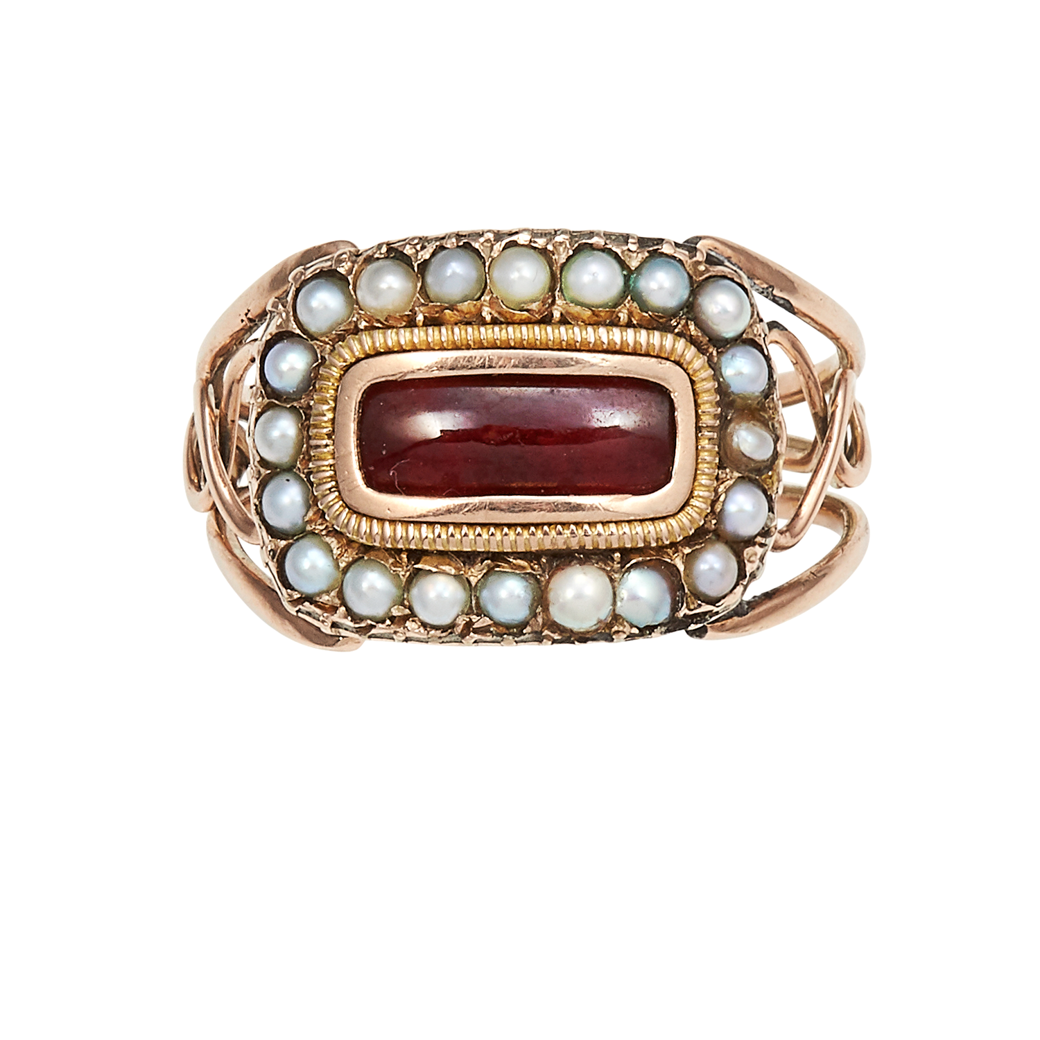Los 12 - AN ANTIQUE GARNET AND SEED PEARL MOURNING RING, CIRCA 1830 in high carat yellow gold, set with an
