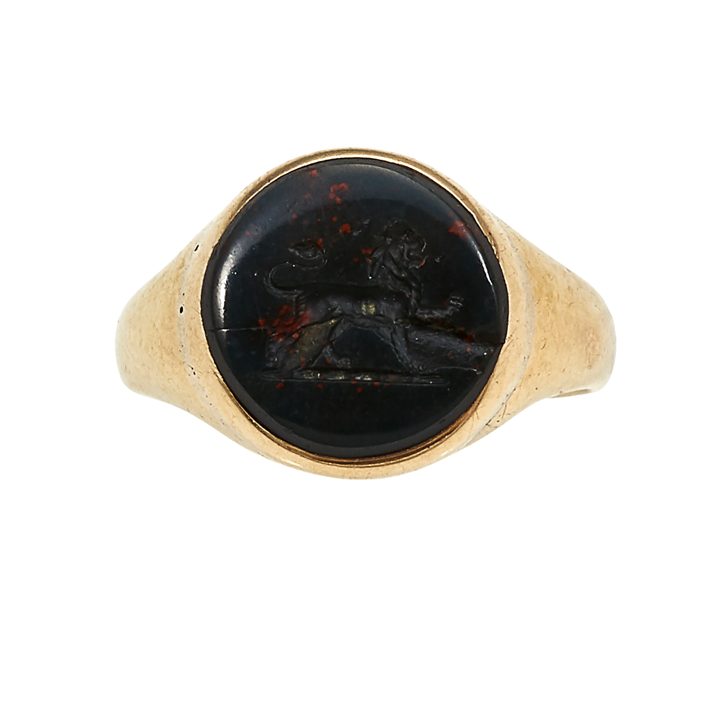 Los 13 - AN ANTIQUE BLOODSTONE INTAGLIO SIGNET RING in 18ct yellow gold, set with an oval piece of bloodstone