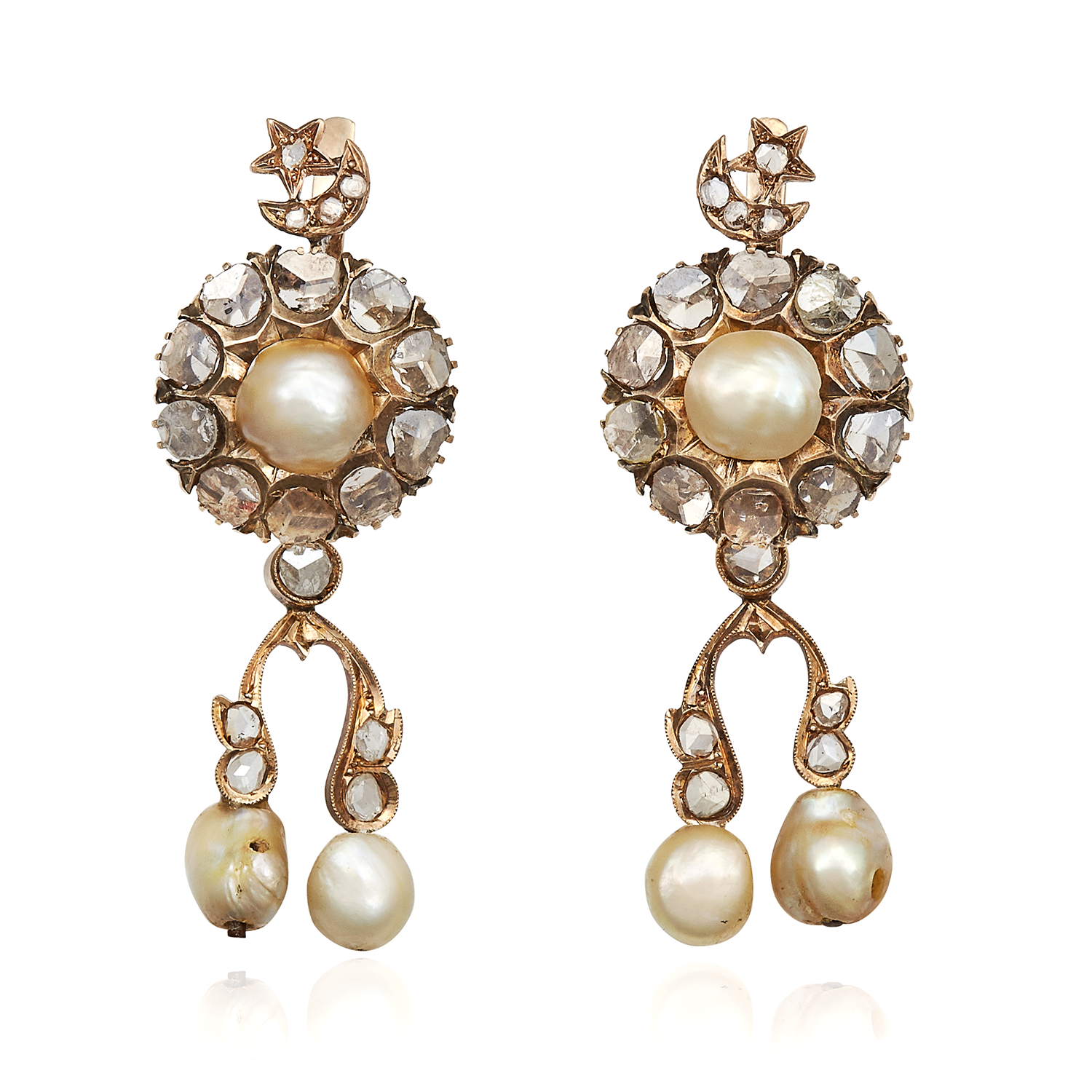Los 48 - A PAIR OF ANTIQUE NATURAL PEARL AND DIAMOND EARRINGS in yellow gold, each with a pearl and rose