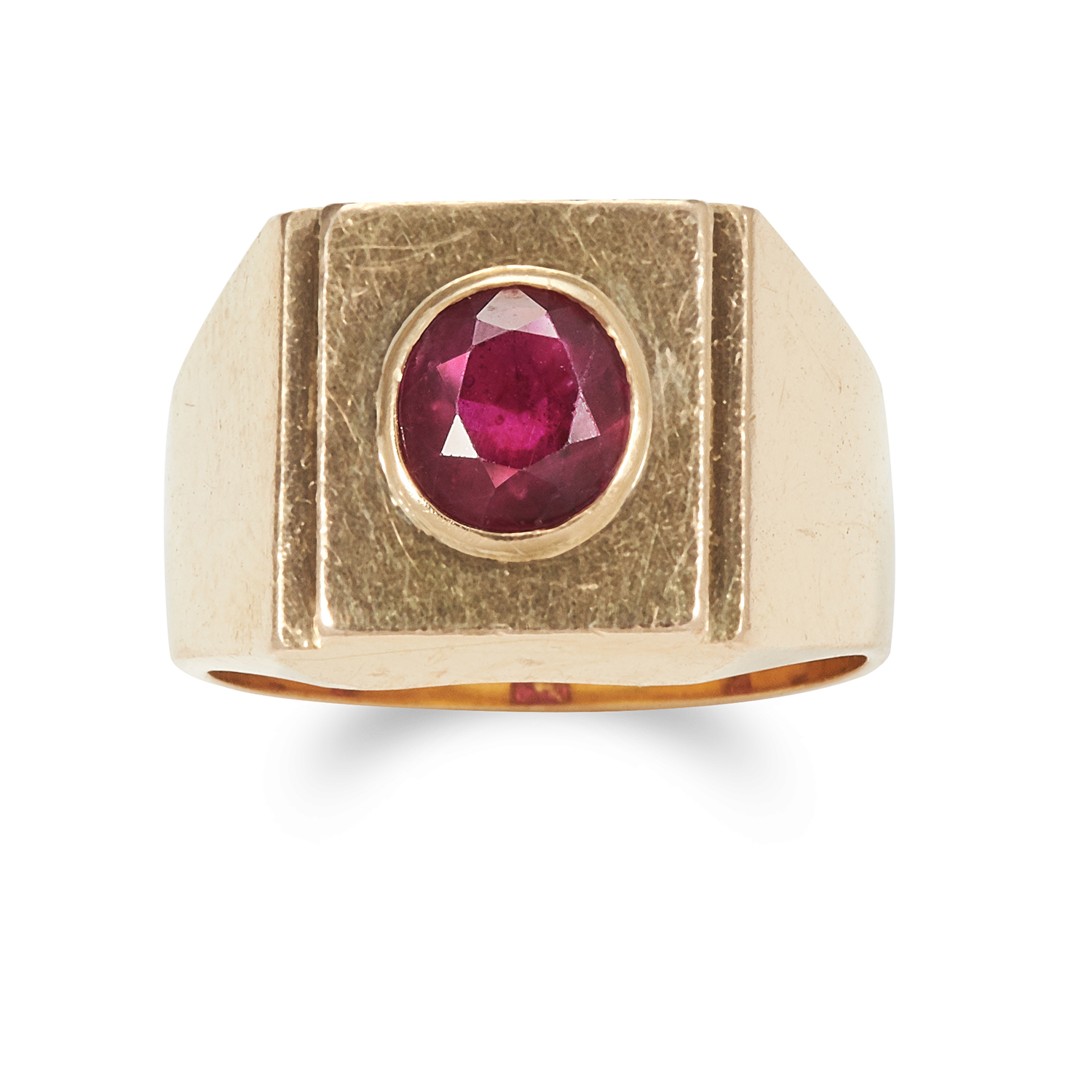 Los 35 - A RUBY DRESS RING in 18ct yellow gold, set with an oval cut ruby of 1.35 carats within a square face