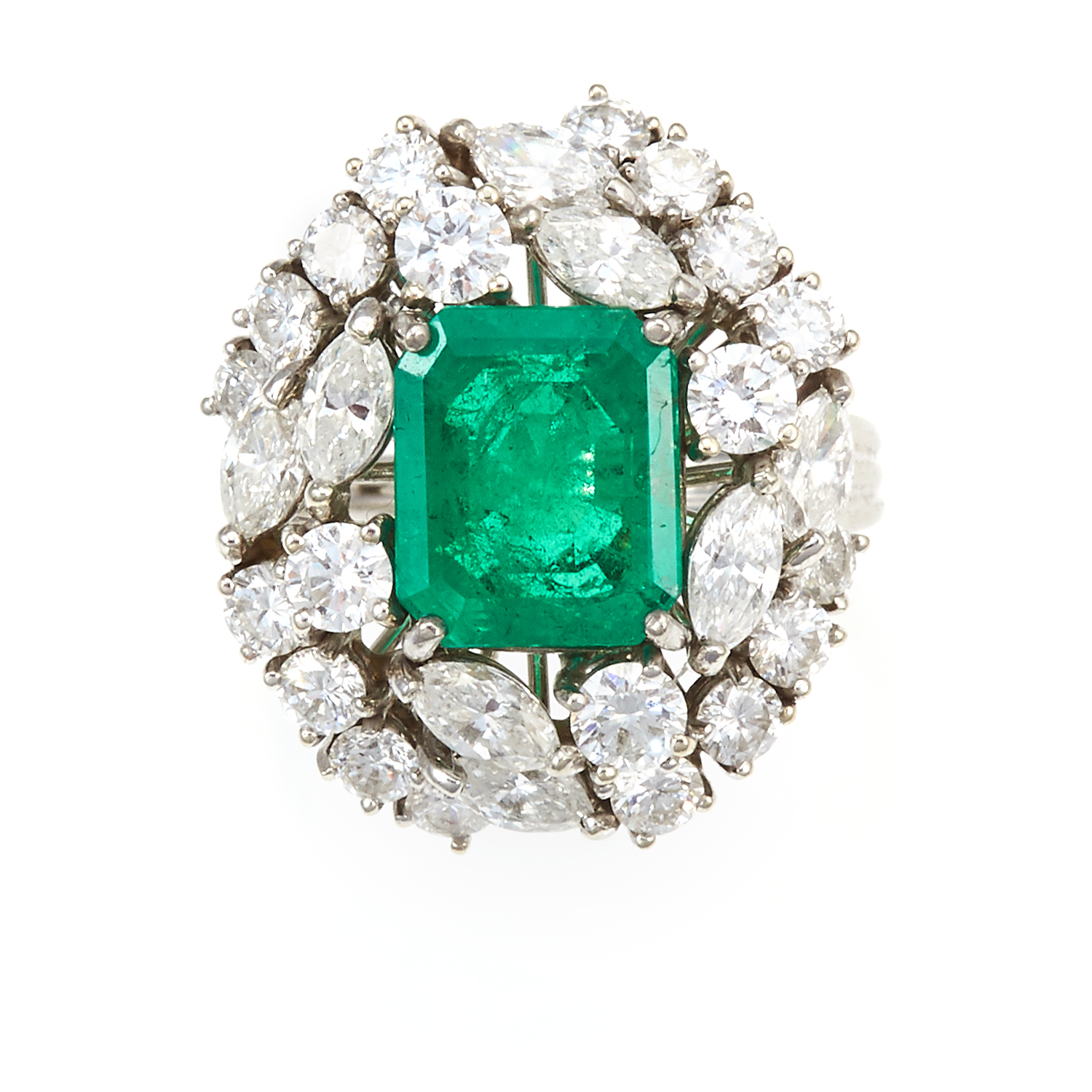 Los 24 - AN EMERALD AND DIAMOND DRESS RING in 18ct white gold, the step cut emerald of 3.25 carats