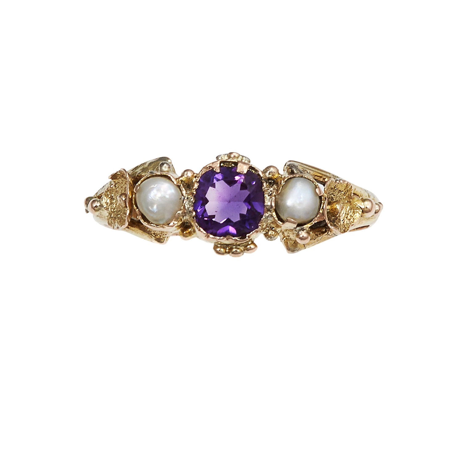 Los 21 - AN ANTIQUE AMETHYST AND PEARL RING, CIRCA 1855 in yellow gold, the round cut amethyst between