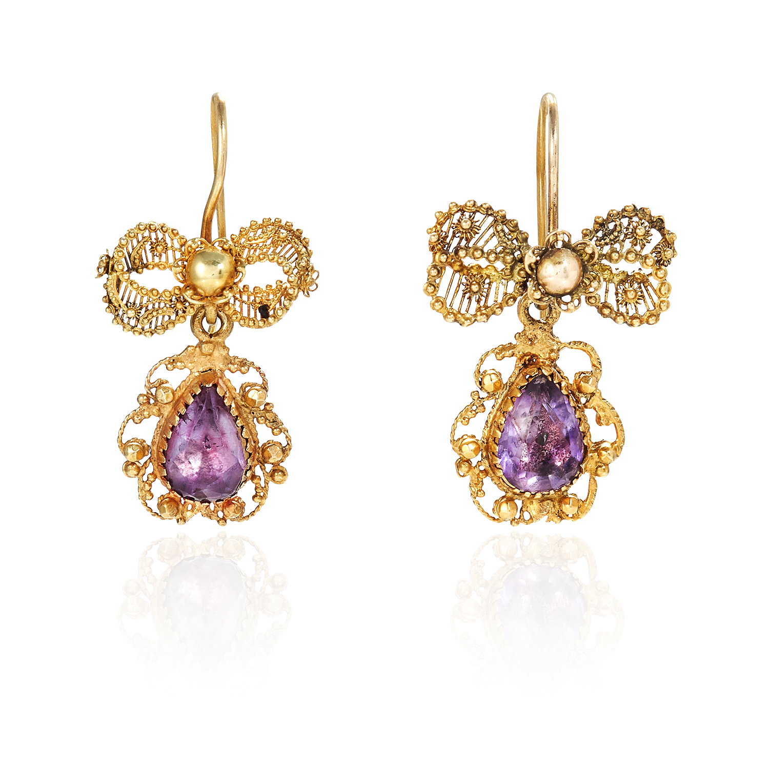 Los 36 - A PAIR OF ANTIQUE AMETHYST EARRINGS in high carat yellow gold, each set with a pear shaped