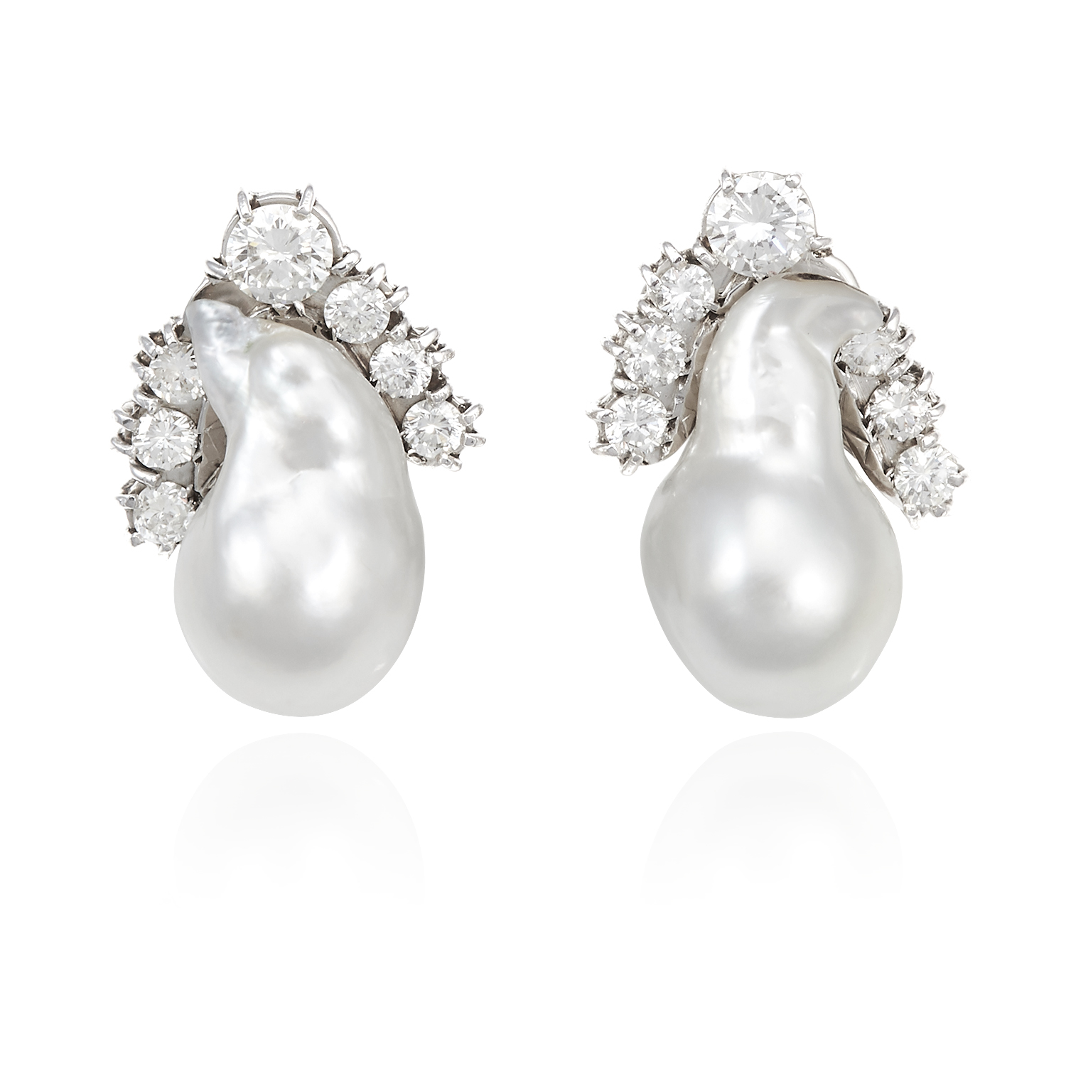Los 25 - A PAIR OF PEARL AND DIAMOND EARRINGS in white gold, each set with a baroque pearl of 19.5-20.0mm
