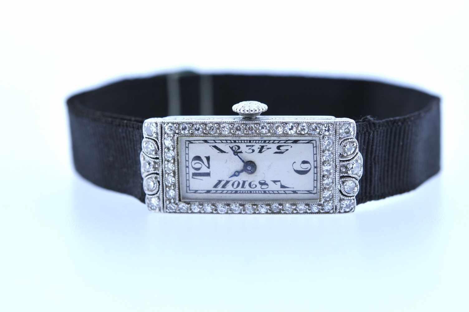 Damenuhr Art-Deco Platin Damenuhr mit Achtkantdiamanten, zus.ca. 0,60 ct, Handaufzug, Ankerwerk,