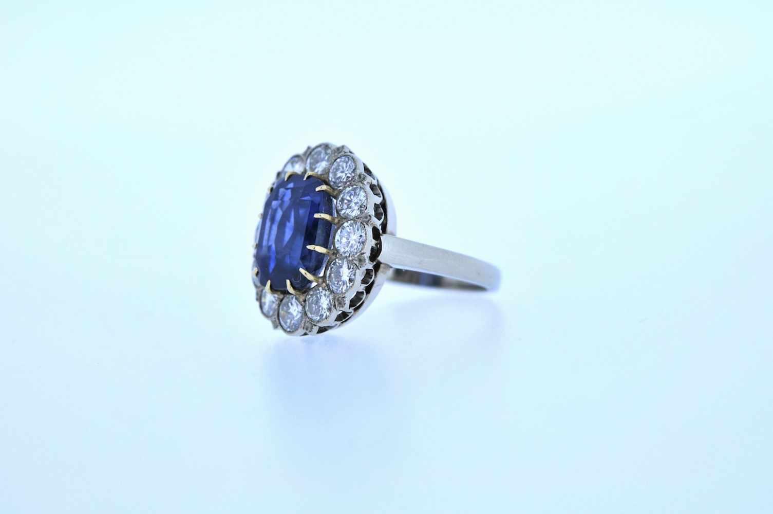 Ring Weißgoldener Ring mit Brillanten, zus. ca. 2 ct und einem Saphir, ca. 4,5 ct, Ringweite 54, 5,8