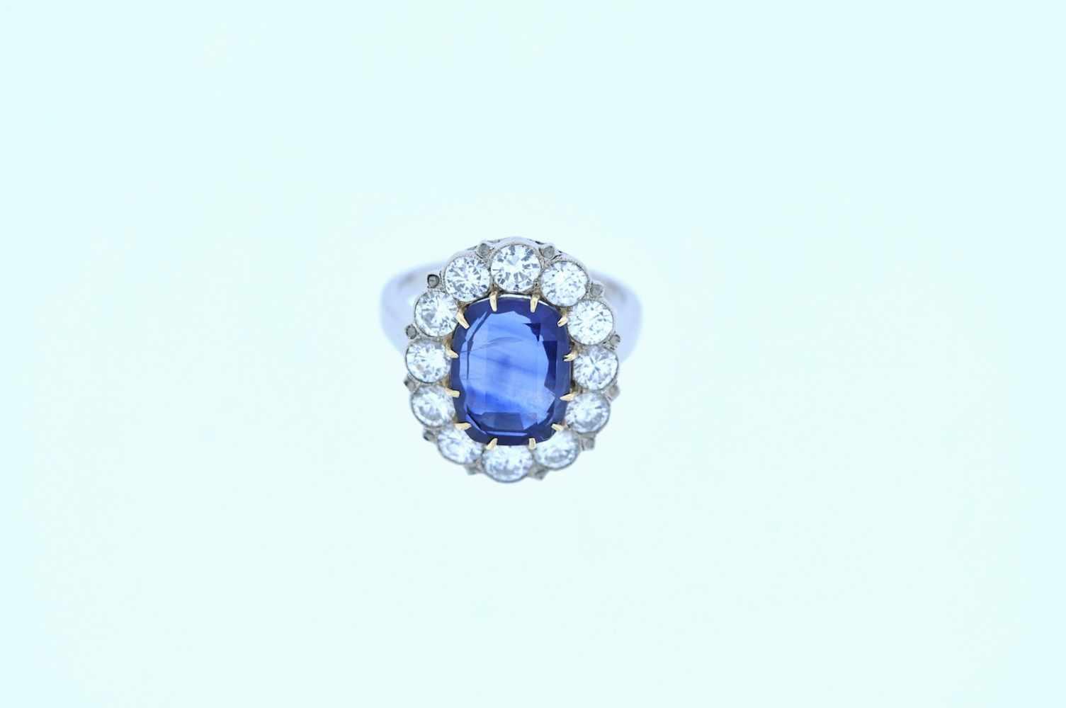 Ring Weißgoldener Ring mit Brillanten, zus. ca. 2 ct und einem Saphir, ca. 4,5 ct, Ringweite 54, 5,8 - Bild 3 aus 3