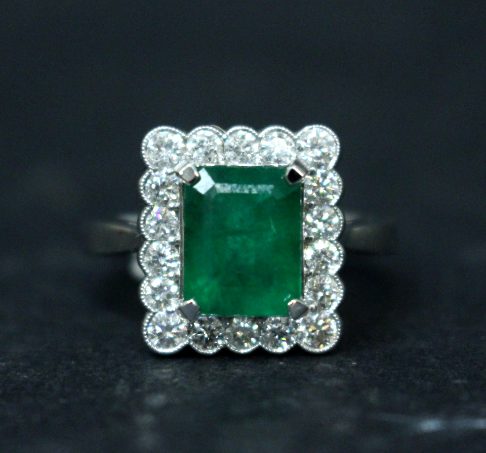 Lot 37 - AN 18CT COLOMBIAN EMERALD & DIAMOND CLUSTER RING