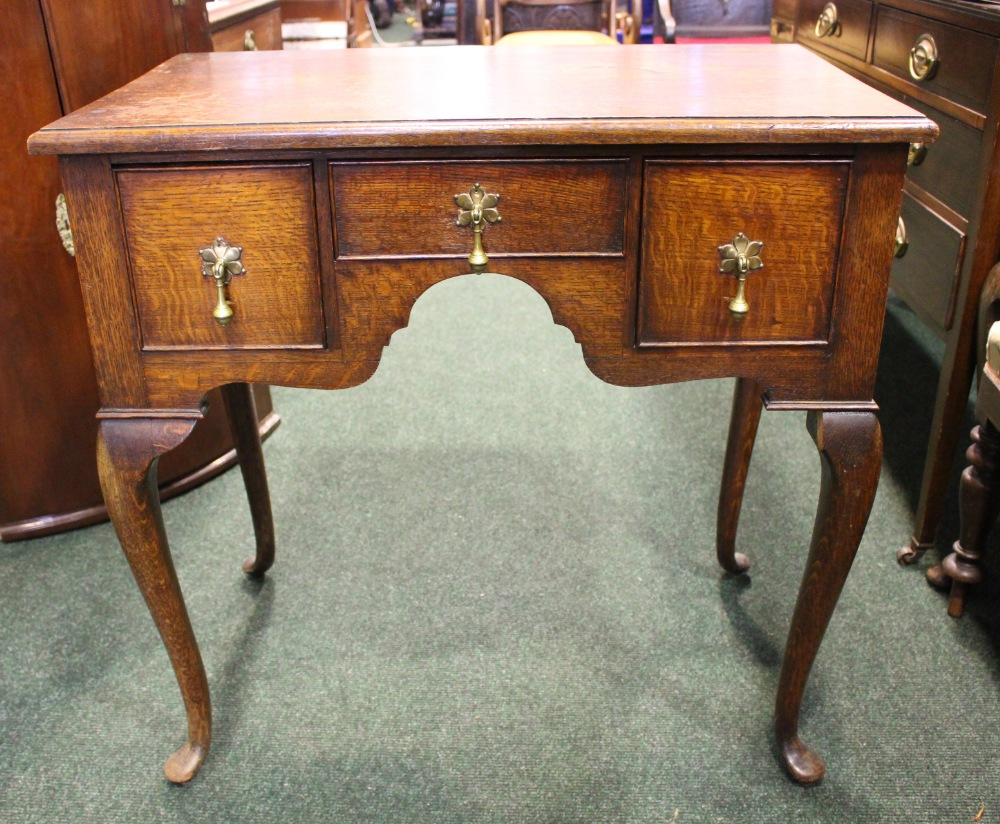 Lot 26 - A FINE OAK THREE DRAWER LOWBOY/DESK, with 2 deep drawers flanking a central narrow drawer