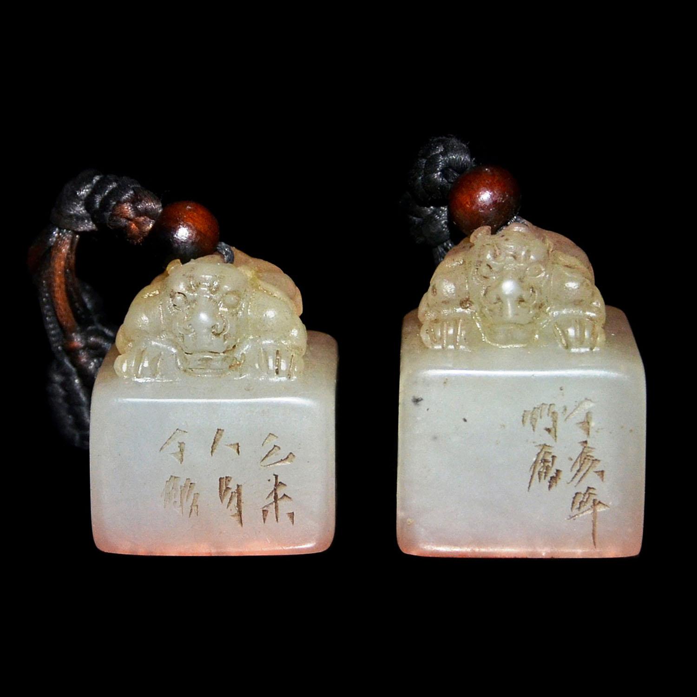 Lot 54 - 芙蓉石雕荔枝凍獅鈕方印章一對二件 印文(法貴天真)(和風清穆) A Pair of Translucent Furong Stone Square Seals with Carved Lion