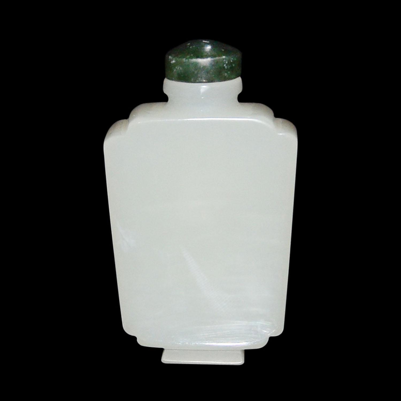 Lot 26 - 羊脂白玉寶瓶扁鼻煙壺 形如寶瓶,長方規整,折肩直頸圓口,短方圈足。四方規整造型,玉質地白,油潤均淨,原配碧玉蓋。 White Jade Flask Snuff Bottle Of