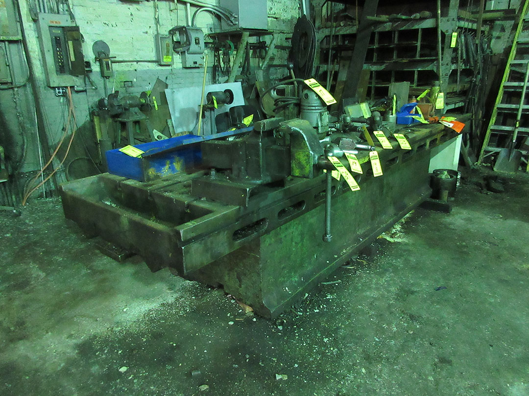 Lot 29 - COLUMBIAN 6'' BENCH VISE & T-SLOT TABLE