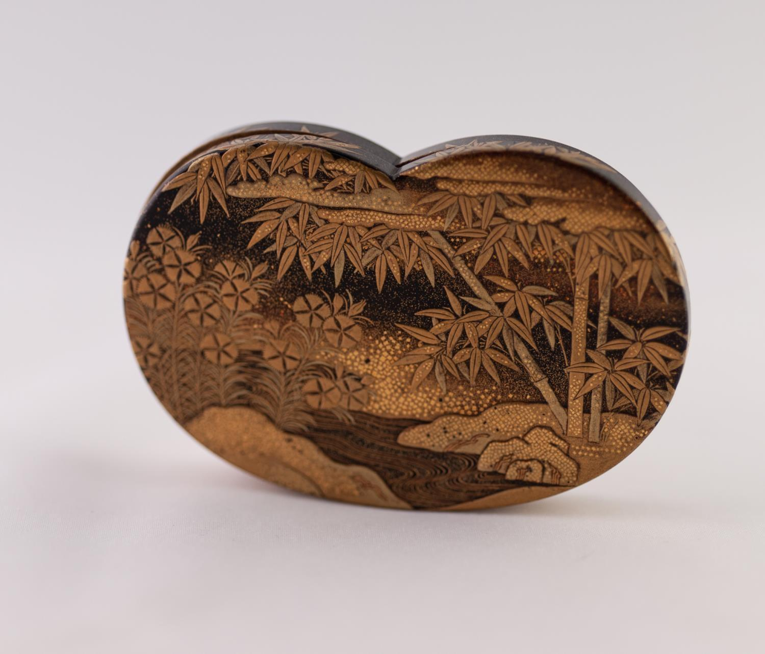 Lot 40 - A SMALL JAPANESE MEIJI PERIOD GOLD LAQUERED SHALLOW KIDNEY-SHAPES BOX, the removable cover with