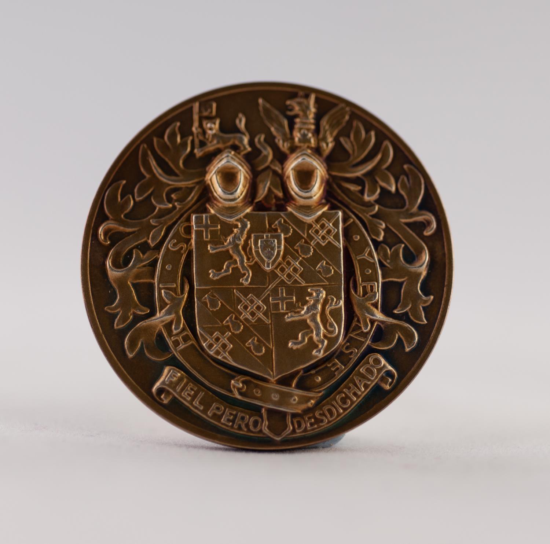 "Lot 57 - JOHN PINCHES LTD., 9ct GOLD CHURCHILL COMMEMORATIVE PORTRAIT MEDALLION (1874 - 1965), 1 1/2"" (3.8cm)"