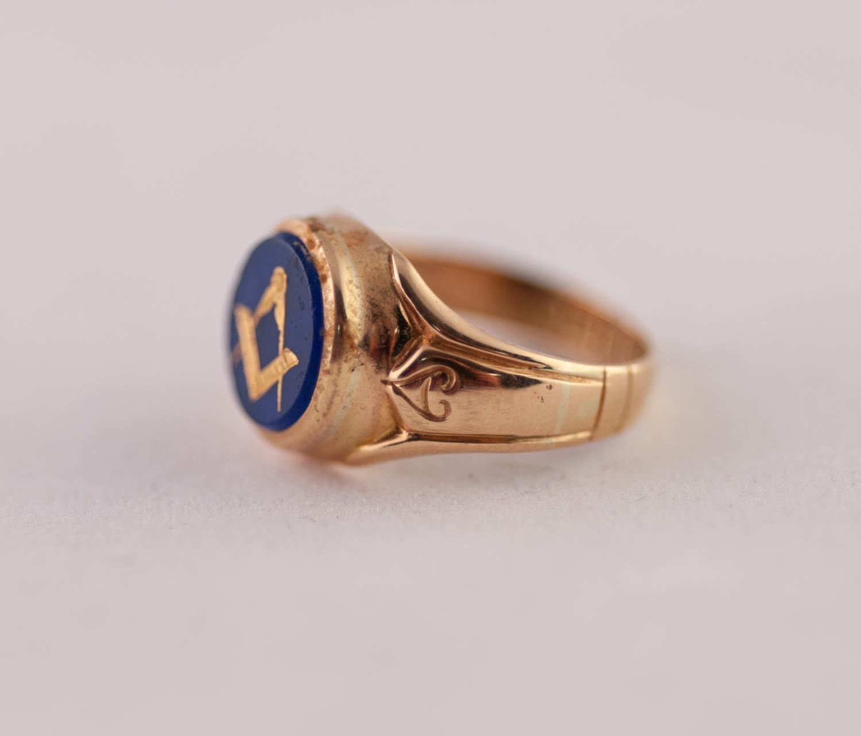 EDWARDIAN 18ct GOLD MASONIC INTAGLIO RING. A round blue glass intaglio with gilt Masonic motif, to - Image 2 of 2