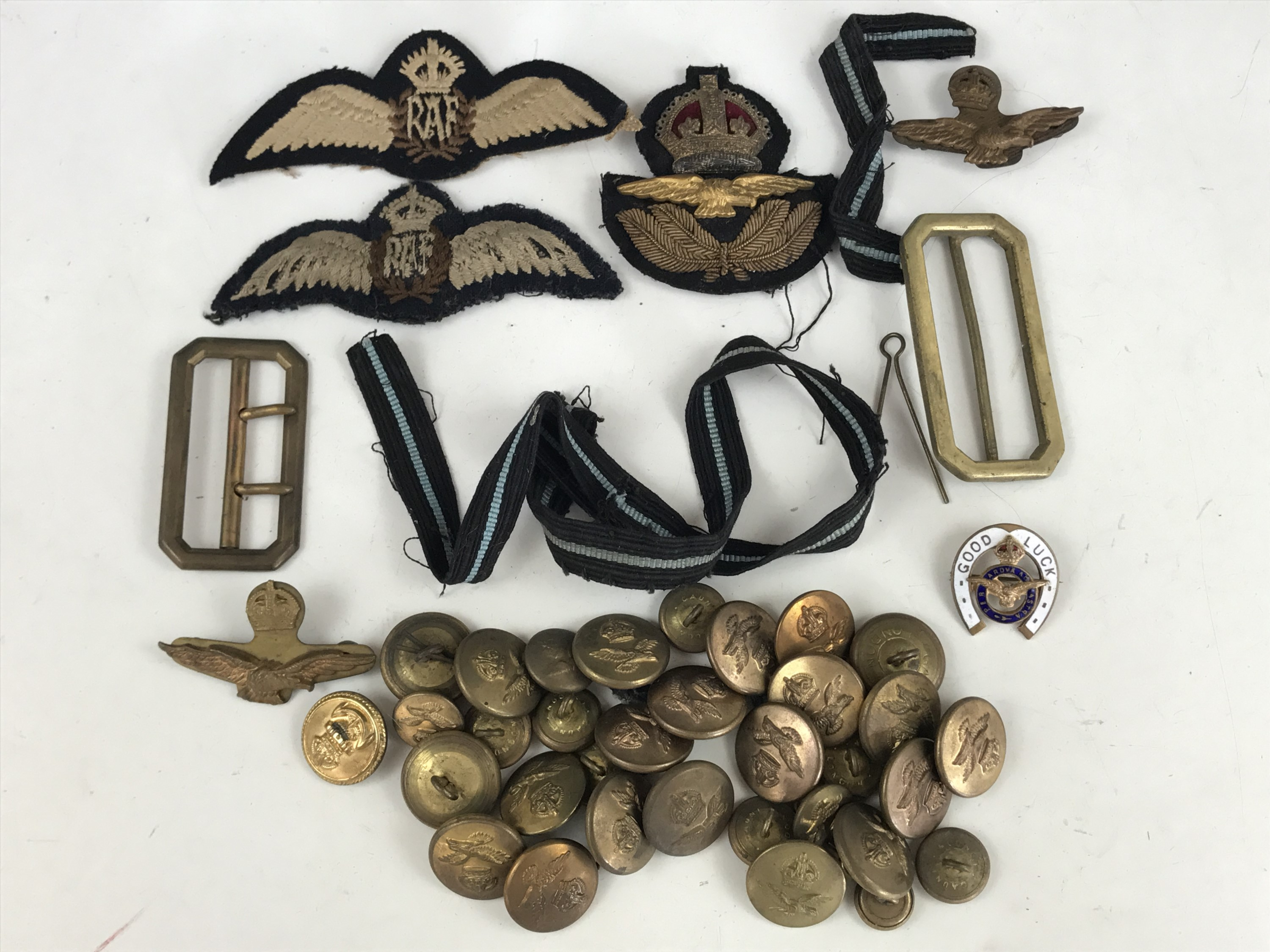 Lot 51 - A related group of Second World War RAF officer's insignia including pilots' wings, cap badges etc