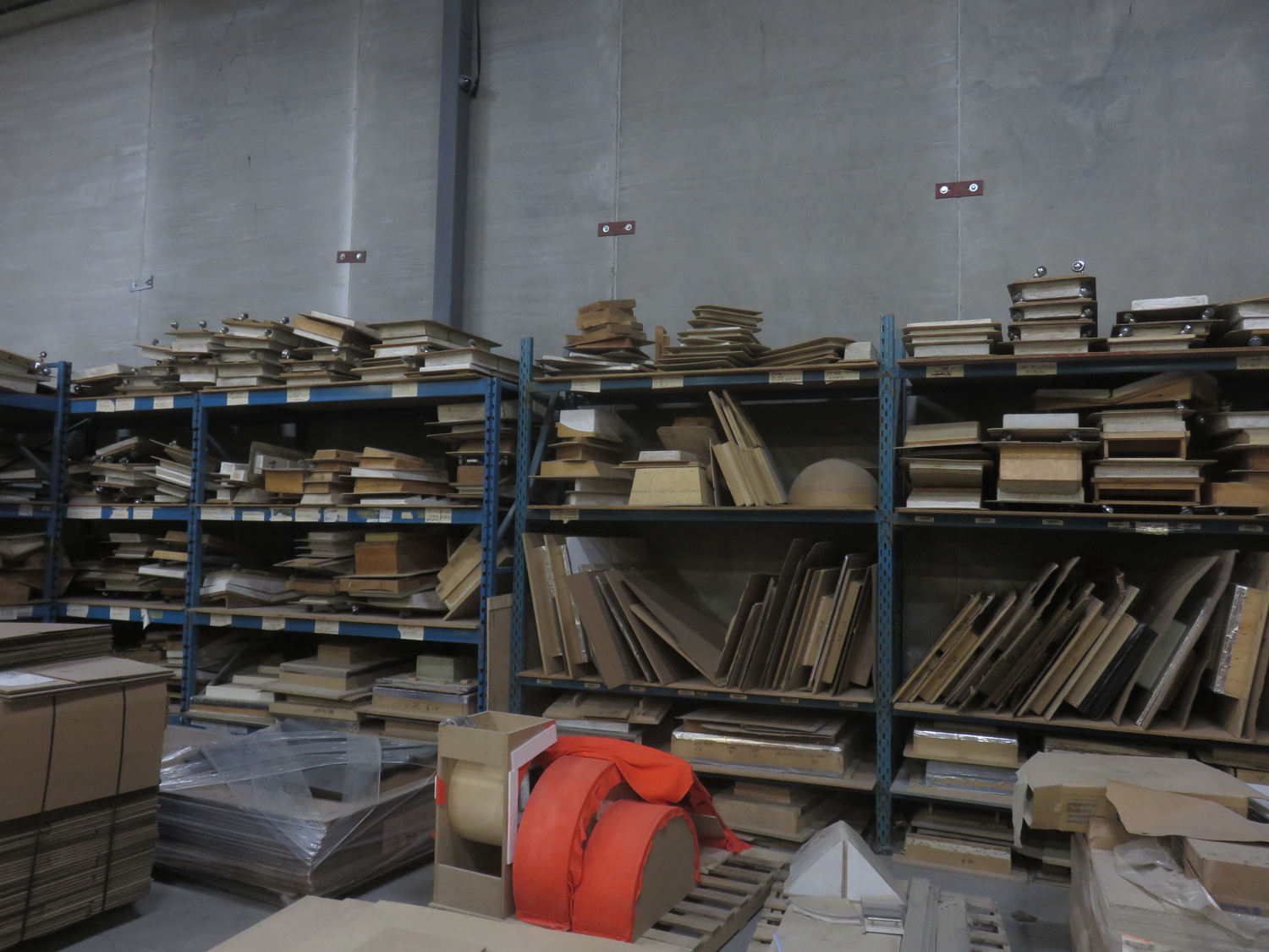 LOT - QUANTITY OF ASSORTED WOOD MOULDS - Image 4 of 5
