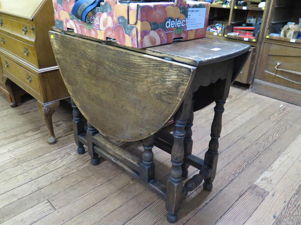 Lot 1 - An oak gateleg table with baluster turned supports 90cm wide