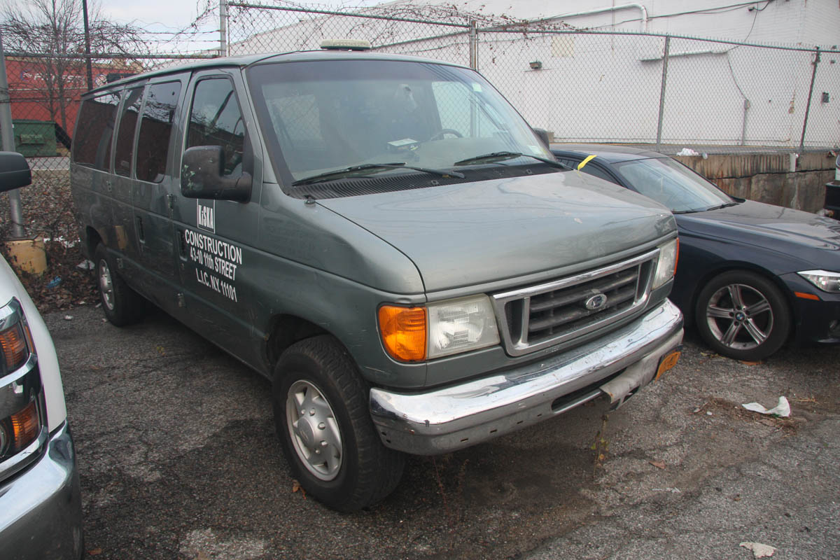 2006 FORD E-350 VAN, WITH WINDOWS, SIDE DOOR, AUTOMATIC, APPROXIMATELY 91,860 MILES, VIN: 1FBNE31L2 - Image 3 of 10