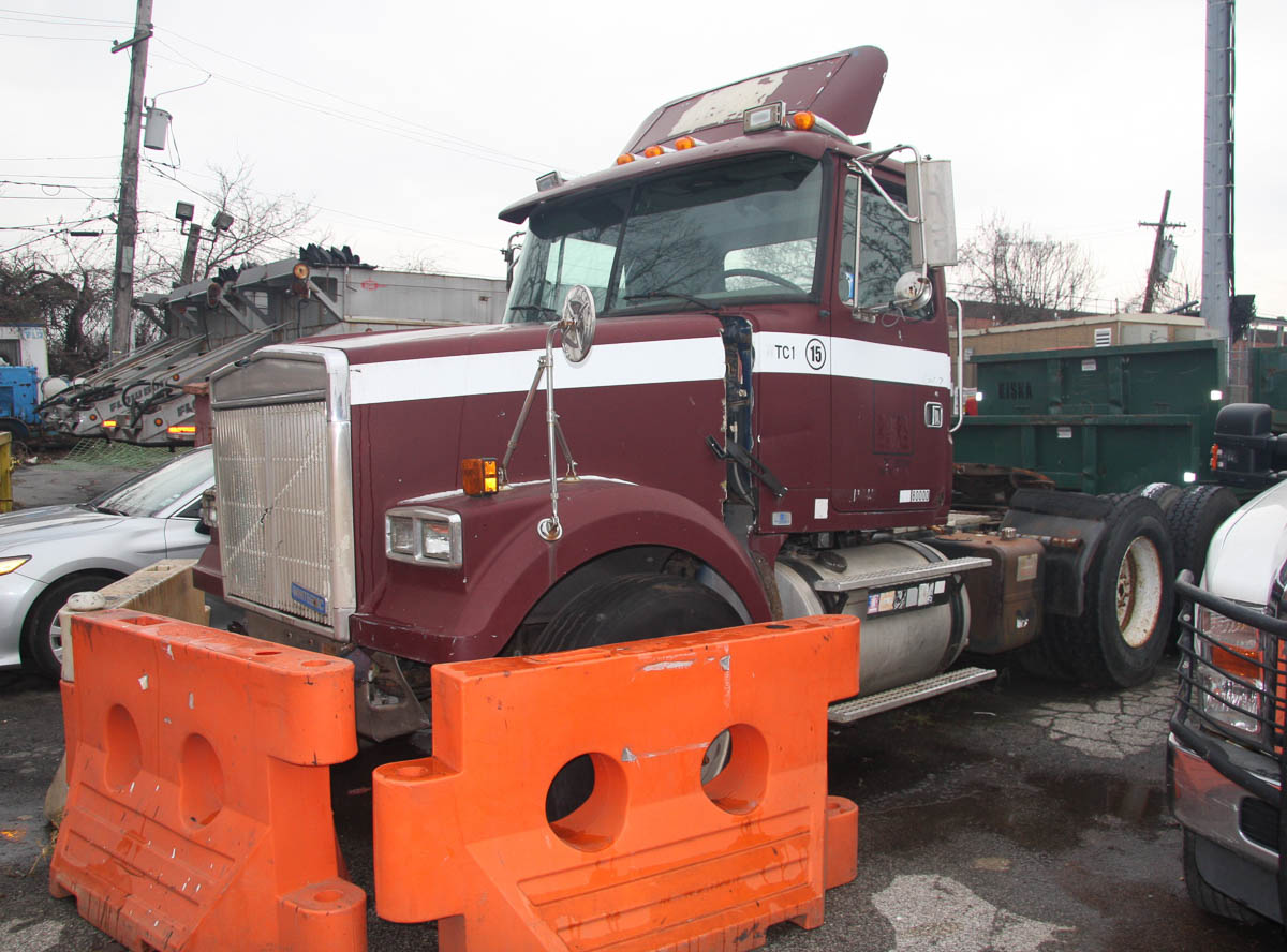 1993 WHITE GMC WCM64T TRACTOR TRAILER, WITH POWER TAKE-OFF, SUSPENSION CONTROL, EATON FULLER