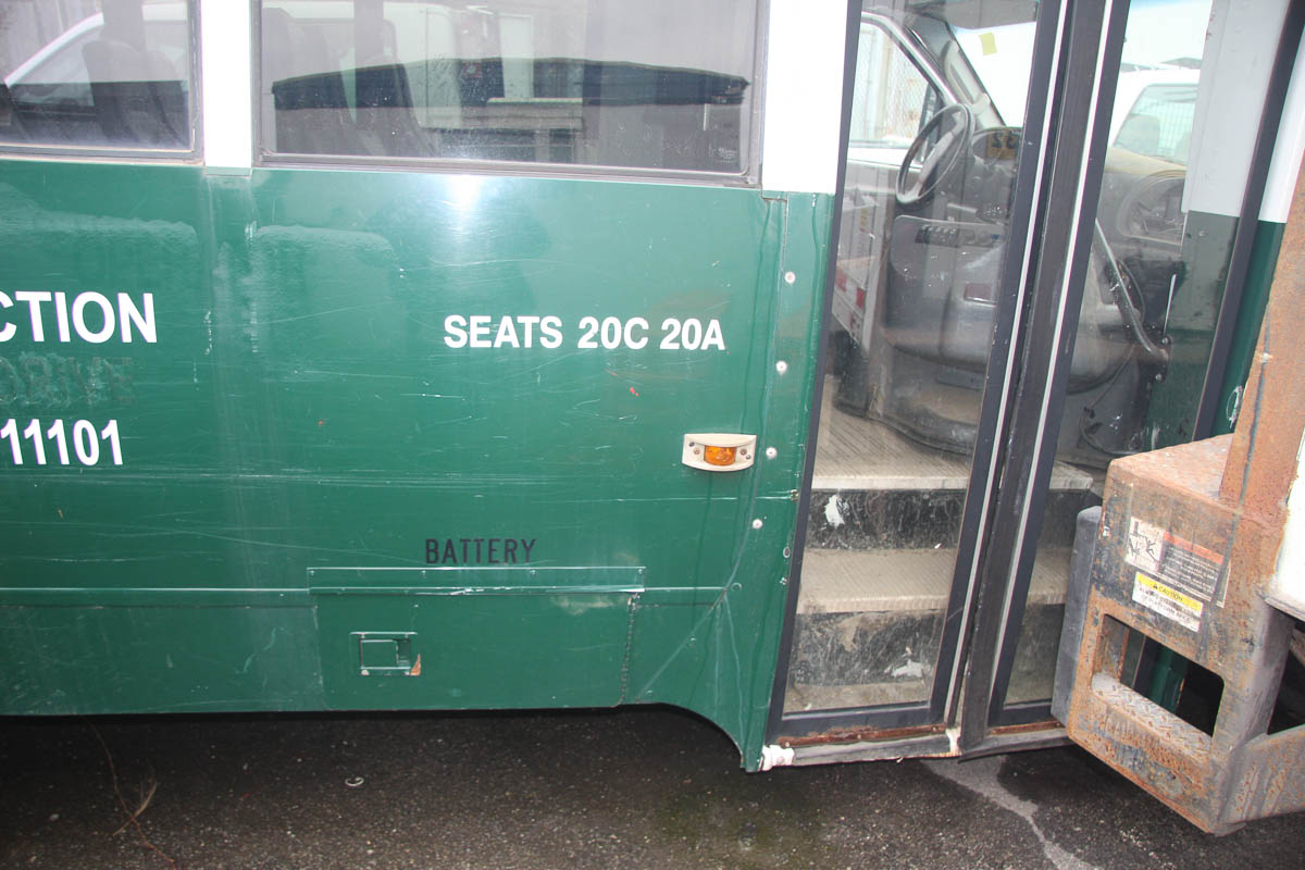 2006 FORD E-450 20-PASSENGER BUS, DIESEL, BODY BY FUTURA BY GIRADIN, DUAL REAR WHEELS, AUTOMATIC, - Image 7 of 12