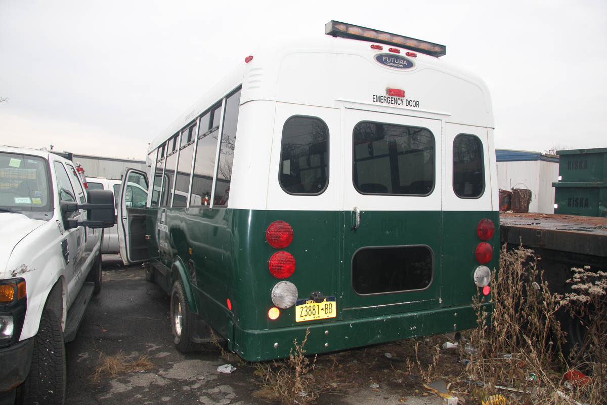 2006 FORD E-450 20-PASSENGER BUS, DIESEL, BODY BY FUTURA BY GIRADIN, DUAL REAR WHEELS, AUTOMATIC, - Image 5 of 12