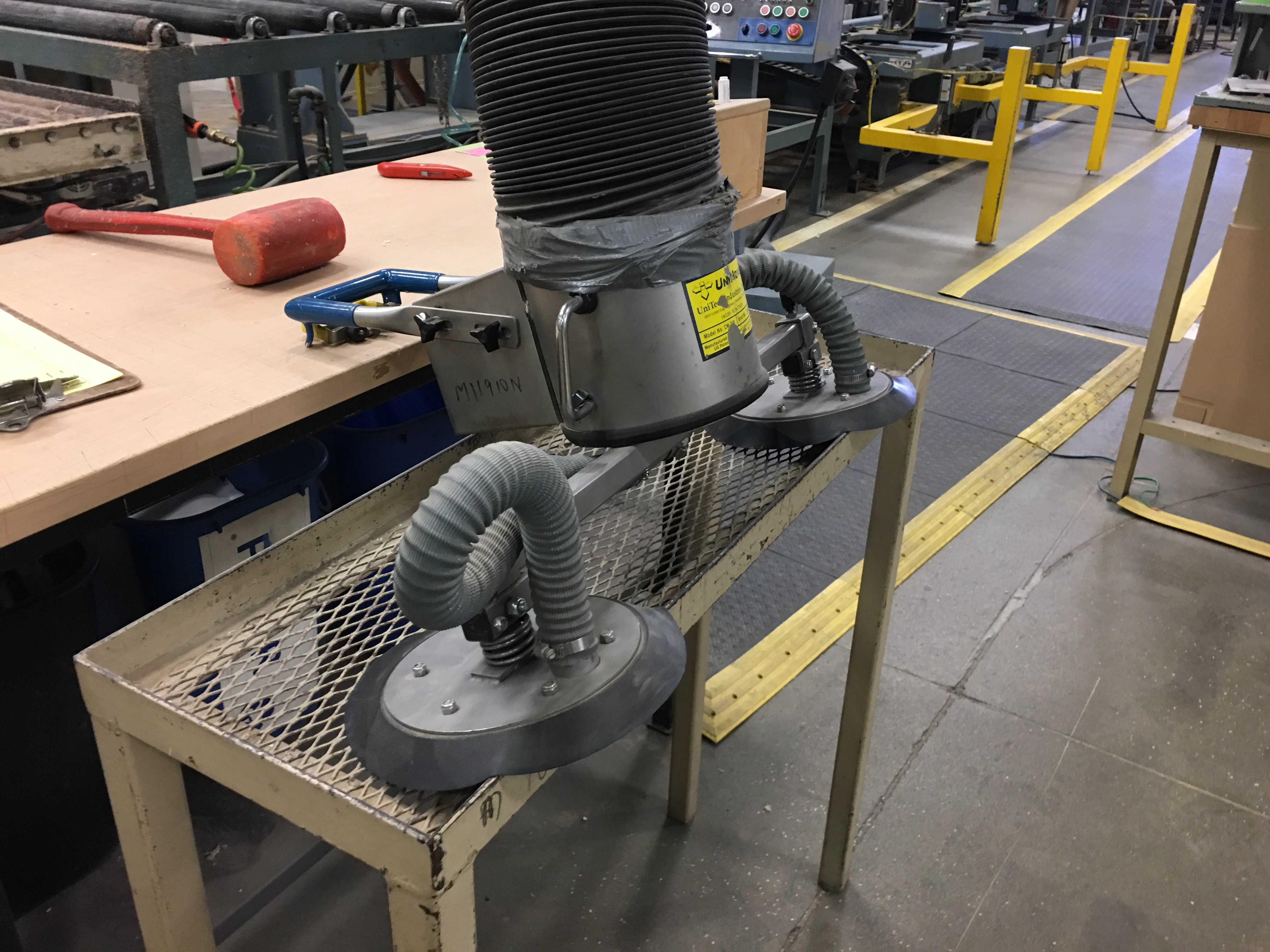Lot 1 - VACUUM LIFTER WITH PUMP AND OVERHEAD GANTRY RAILS