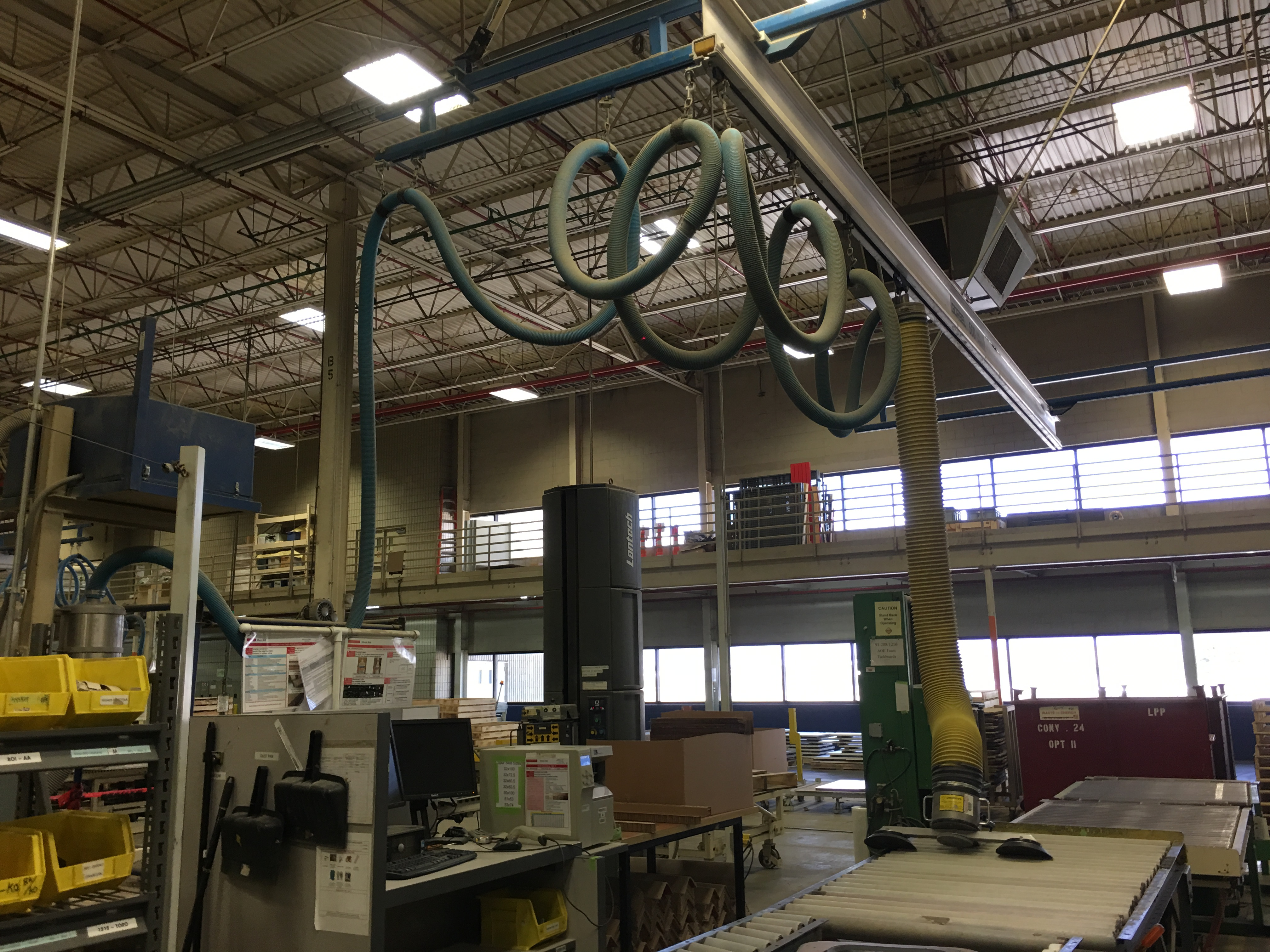 VACUUM LIFTER WITH PUMP AND OVERHEAD GANTRY RAILS
