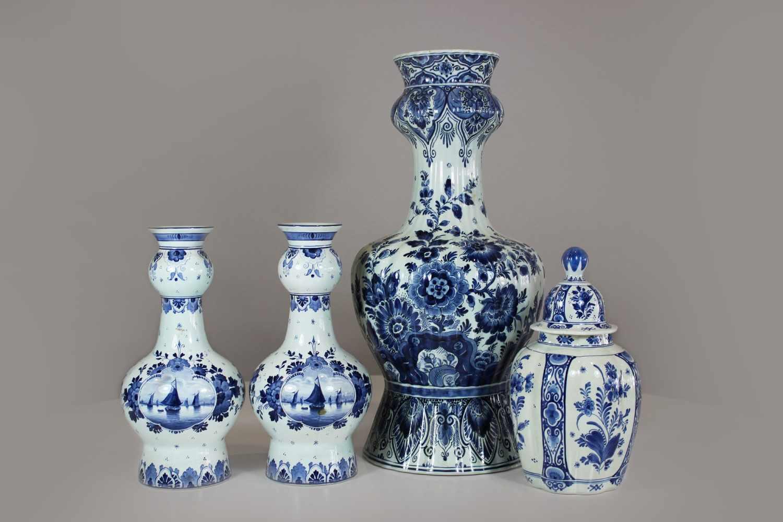 Los 26 - Konvolut, Delfter Fayencen, 4 Teile, blau-weiß, Bodenvase, Royal Delft Blue, Kronenmarke unter