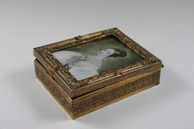 Lot 38 - Schmuckkästchen mit Miniatur-Portät der Fürstin Liechtenstein, Wien, um 1835, Lupenmalerei auf