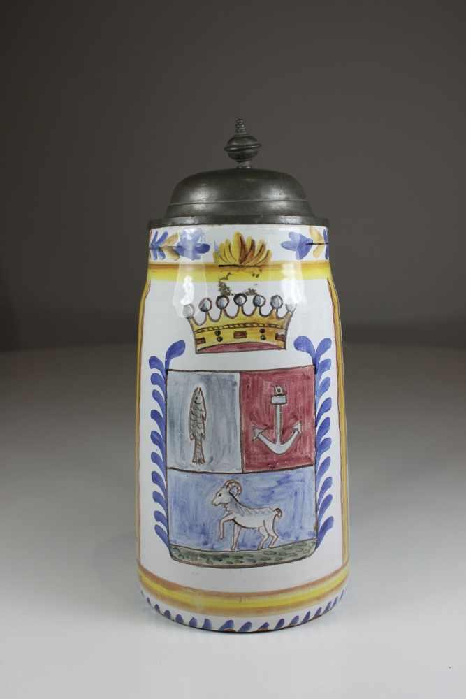 Los 22 - Humpen, Fayence, Wandung polychrom staffiert mit Krone, Fisch Anker und Steinbock, H.: 25 cm, D.: 11