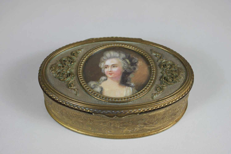 Los 39 - Ovales Schmuckkästchen mit Miniaturmalerei im Deckel, Kästchen feuervergoldet, florale Verzierungen,