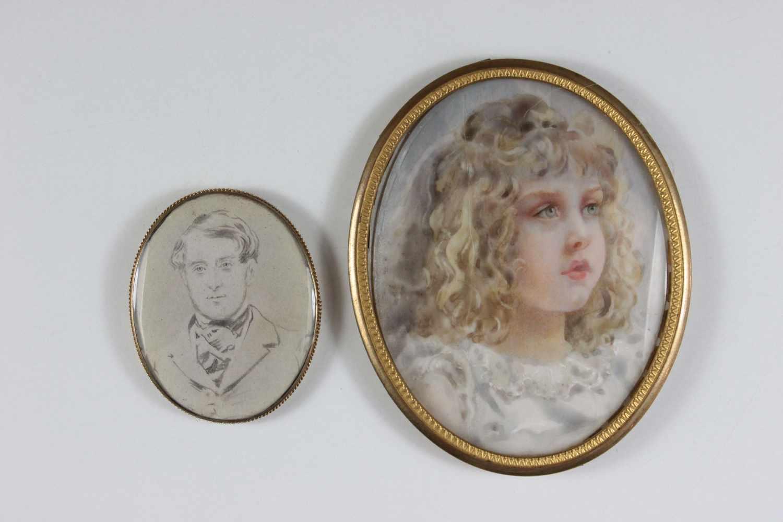 Lot 34 - Zwei Miniatur-Porträts, 1. Herrenporträt, Grisaille-Aquarell auf Papier, oval 4,5 x 3,5 cm, in einem