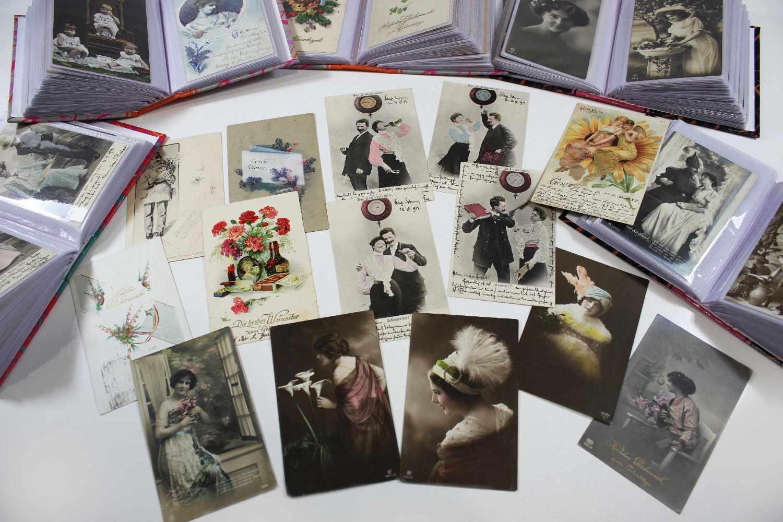 Lot 63 - 18 Alben Glückwunsch- und Grußkarten, Ende 19. / Anfang 20. Jh., beschrieben mit Briefmarken.