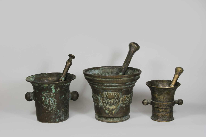 Lot 5 - Mörser, 3 Stück, Bronze, 19./20. Jh., Wappen und Kopfmotiv, Maße zwischen 10 und 14 cm.