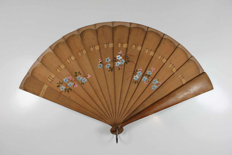Los 27 - Fächer, 20. Jh., Holz, floral bemalt und Goldstaffur am obren Rand, rückseitig mit Bleistift