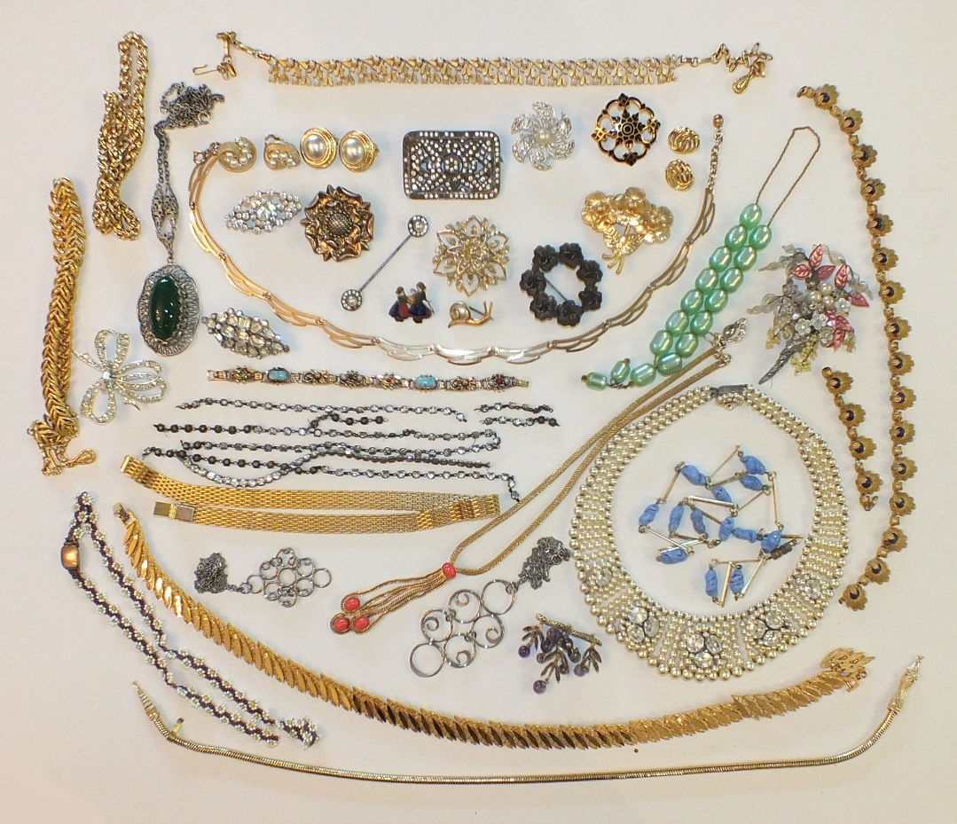 Lot 187 - A quantity of costume jewellery, including earrings by Trifari, Sara Coventry, a simulated pearl and