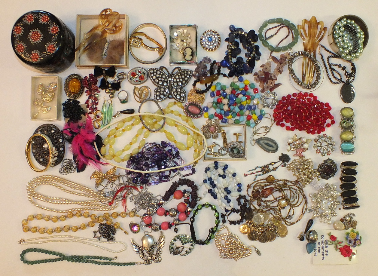 Lot 184 - A quantity of costume jewellery.