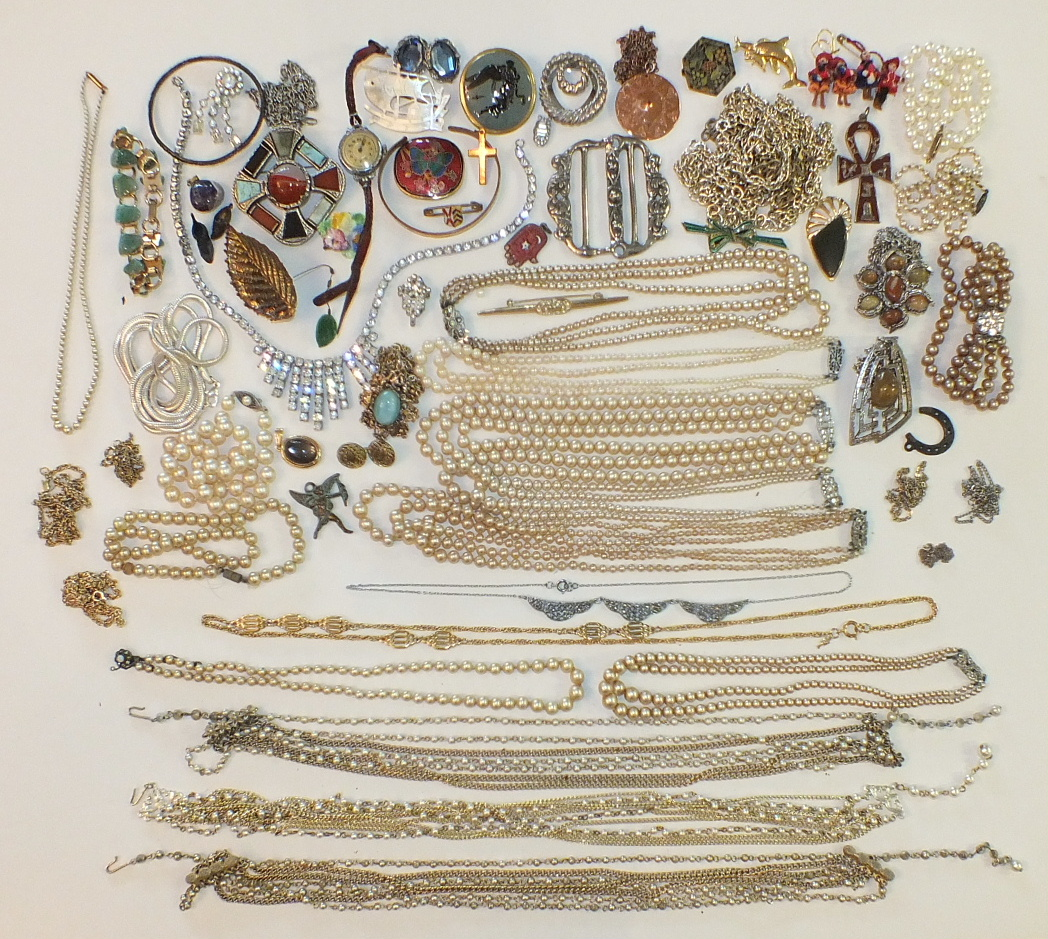 Lot 186 - A large quantity of simulated pearls and other costume jewellery, watches, compacts, etc.