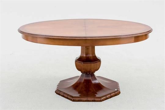 Mesa oval de comedor, extensible. Madera de tono nogal y marquetería ...