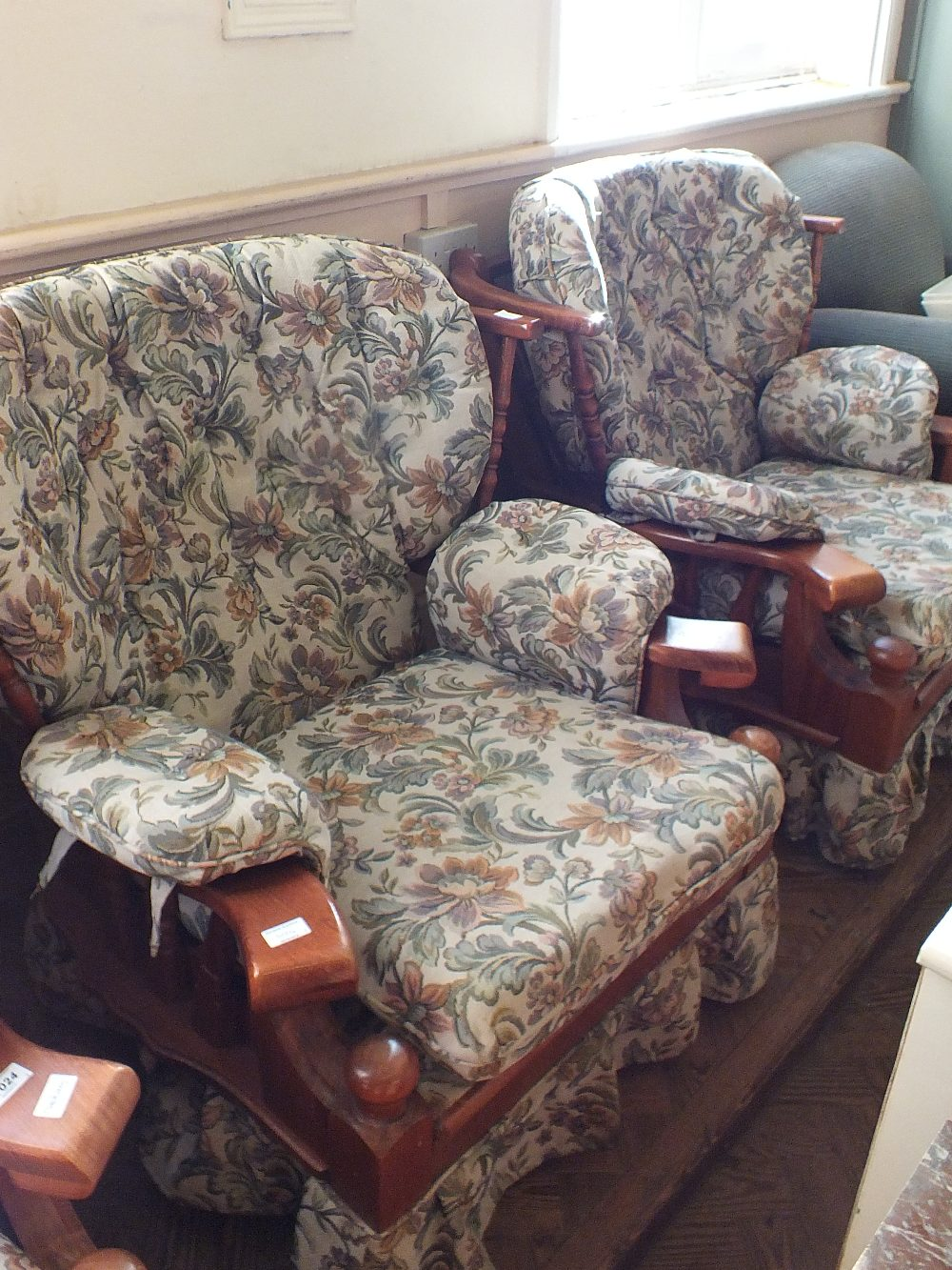 Lot 1024 - A modern floral upholstered three piece suite