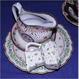 A quantity of late 18th/early 19th century English porcelain, including a Caughley scalloped edge