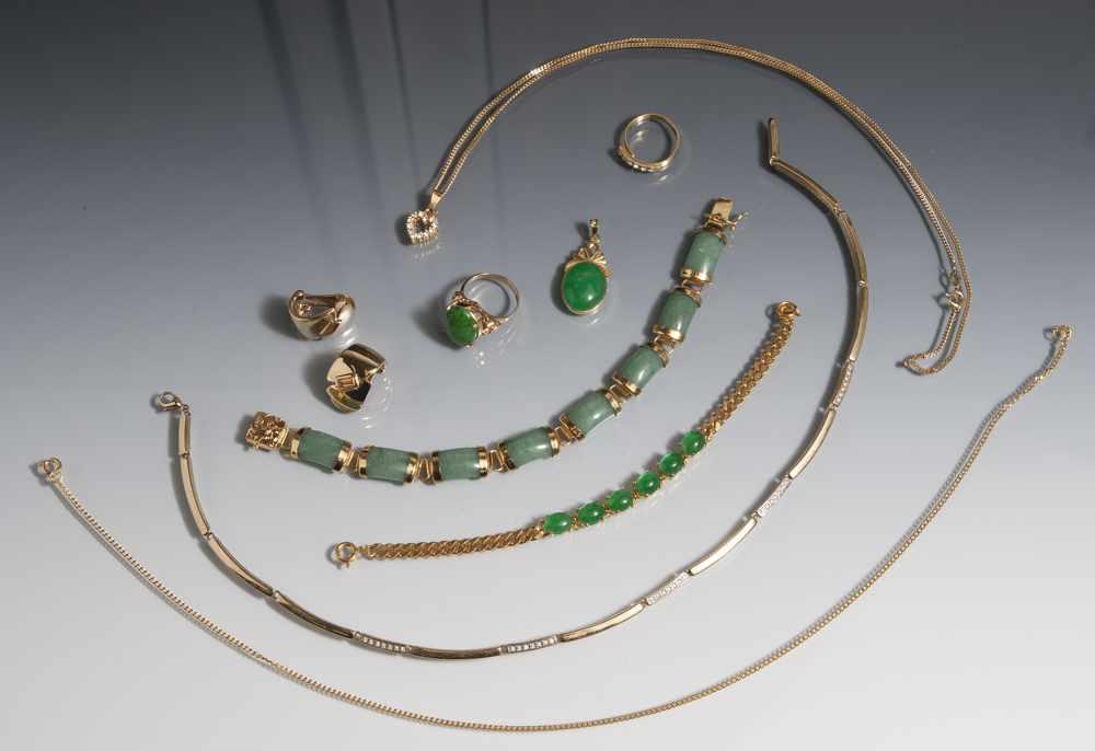 Posten Modeschmuck, 9 Teile: 1 Paar Ohrclipse, 2 Ringe, 1 Anhänger, 2 Armbänder, 3 Ketten,