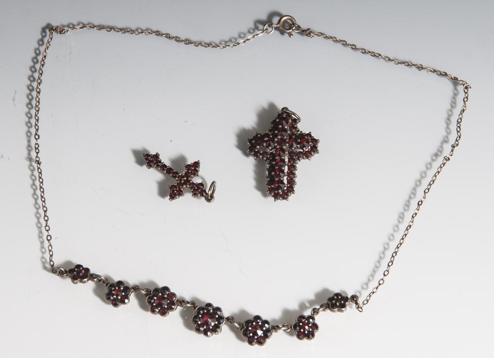 3 Teile Granatschmuck: 2 Kreuzanhänger, Silber m. reichem Besatz von böhmischen Granatensowie 1