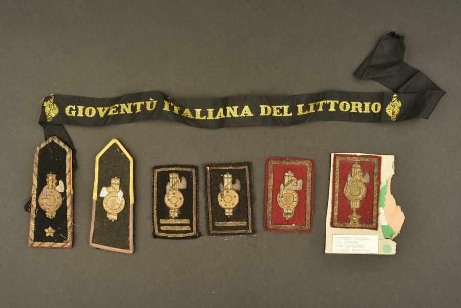 Ensemble de passementerie des Gioventu Italiana Del LitoriaComprenant deux insignes de grades brodés